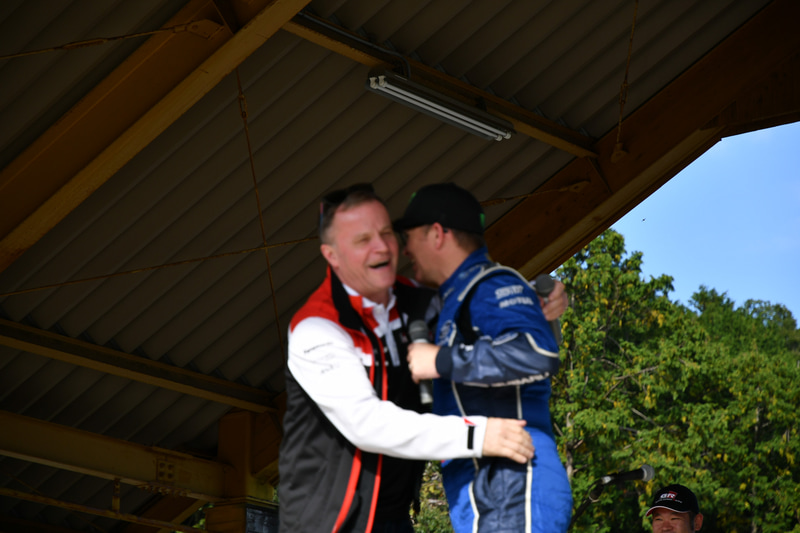 登場後、ソルベルグ選手とハグ