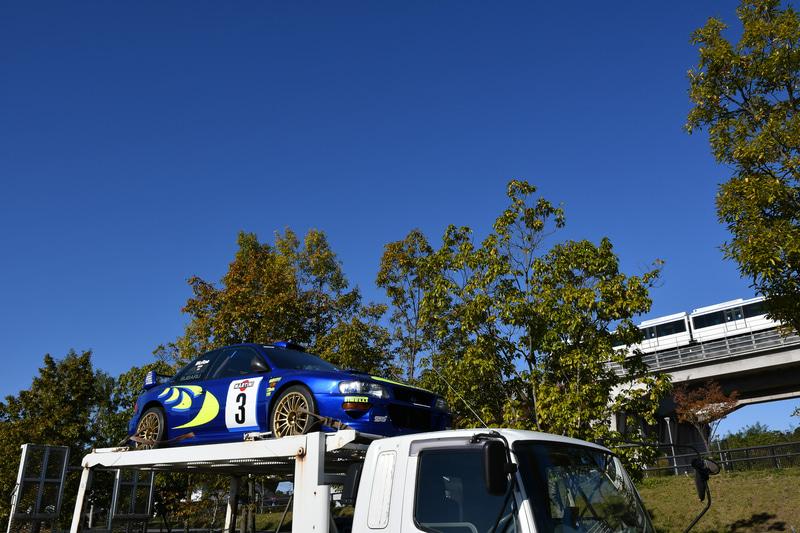 10日にセントラルラリーの取材に行くと、WRC 98が会場の隅に置かれていた