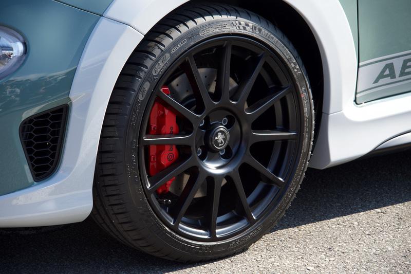 ブラックのホイールの間からブレンボのレッドブレーキキャリパーが覗く。タイヤサイズは205/40ZR17