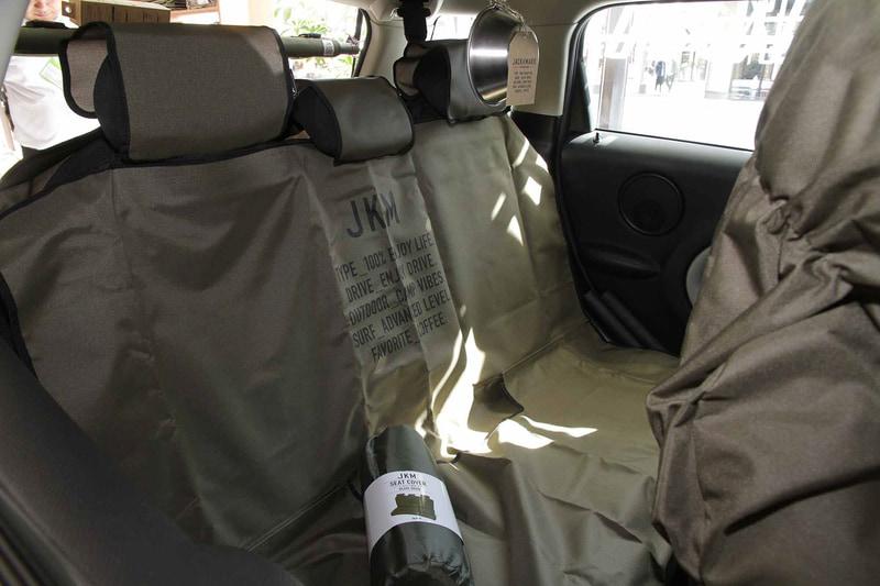 車内やラゲッジスペースの周囲にJACK&MARIEのアイテムを置き、JACK&MARIEの世界観を表現している