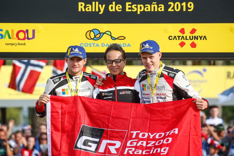 コ・ドライバーズチャンピオンを獲得したマルティン・ヤルヴェオヤ選手(左)、GAZOO Racing Company President 友山茂樹氏(中央)、ドライバーズチャンピオンを獲得したオィット・タナック選手(右)