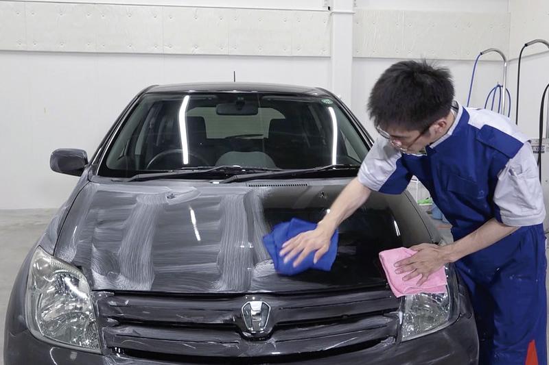ボディ表面に専用ケミカルを塗布して拭き上げるだけで、ボディ表面に発生した無機質ミネラルの膜を除去。ボディコーティング直後のようなツヤや水はじきを復活させる