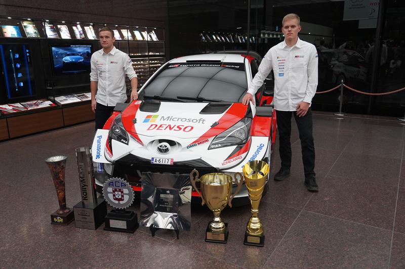 ドライバー王者となったオィット・タナック選手(右)とコ・ドライバー王者となったマルティン・ヤルヴェオヤ選手(左)