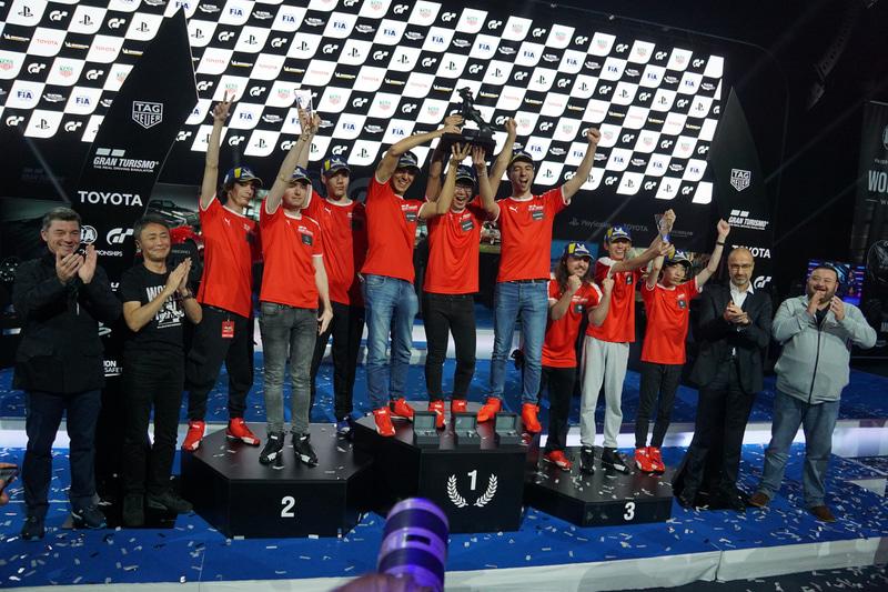 2019ワールドファイナル モナコ マニュファクチャラーシリーズの表彰台。(写真は左から2位メルセデス・ベンツチーム、チャンピオンのトヨタチーム、3位アルファ ロメオチーム)