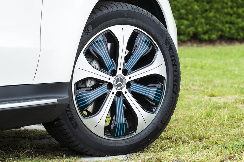 先進性やクリーンさをイメージさせるブルーアクセント入りの20インチ10スポークアルミホイール。タイヤはミシュラン「パイロット スポーツ 4 SUV」(フロント:235/50R20、リア:255/45R20)