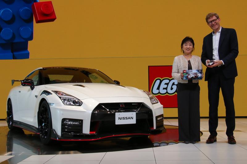 レゴの新製品「NISSAN GT-R NISMO」発表会で登壇した日産自動車株式会社 執行役副社長 星野朝子氏(左)とLEGO Group CEO ニールス・ビー・クリスチャンセン氏(右)