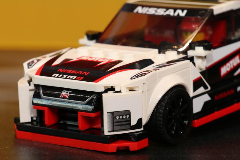 GT-R NISMOの細部に至るまでレゴのブロックを使ってしっかりと再現されている