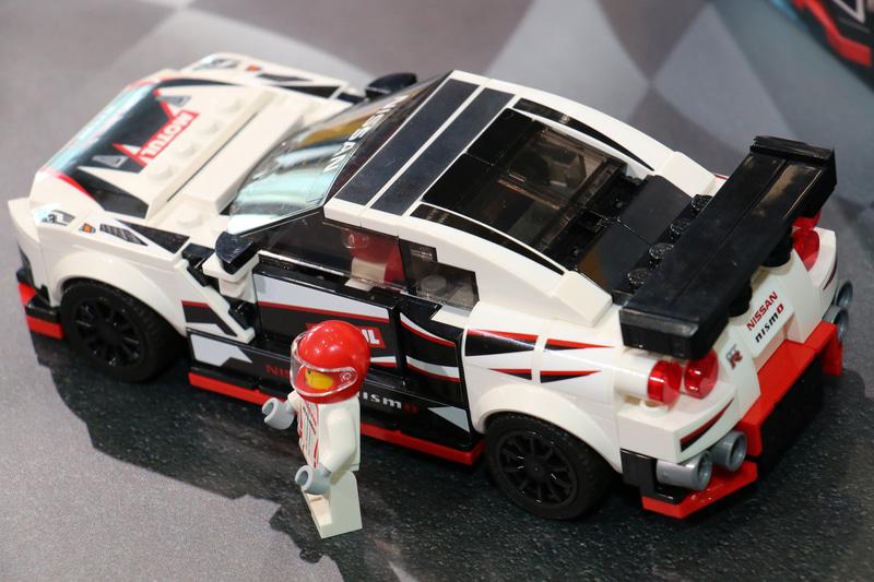 NISSAN GT-R NISMOにはNISMO仕様のレーシングスーツを着用した「ミニフィグ」も1体付属。ヘルメットバイザーも可動する本格的な仕上がりだ