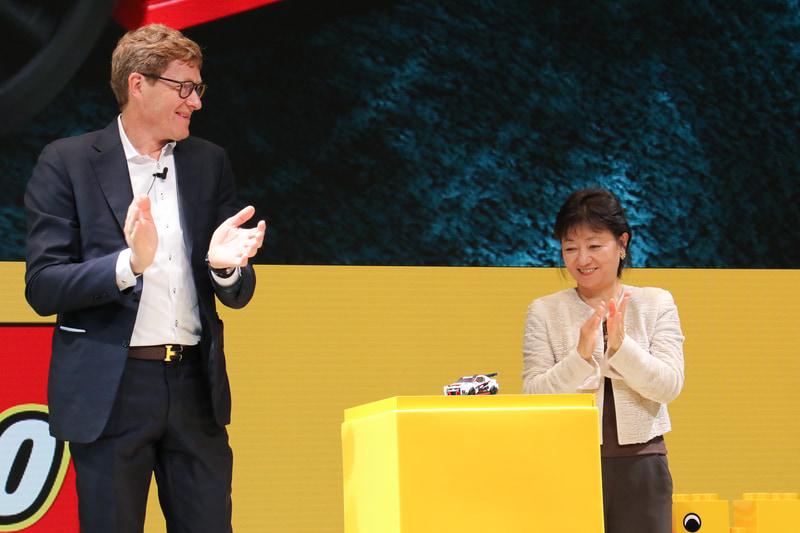 クリスチャンセン氏のプレゼンテーション後、星野氏と2人で新製品であるNISSAN GT-R NISMOをアンベール