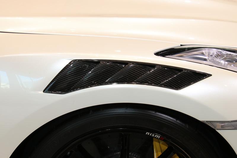 日産 田村氏の注目ポイントはフロントフェンダーのカーボン製ダクト。レゴ製品でもステッカーでしっかりと再現されている