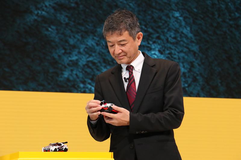 長谷川氏がコメントをしている合間などに、田村氏はレゴのNISSAN GT-R NISMOを手に取っていろいろな角度から眺めていた