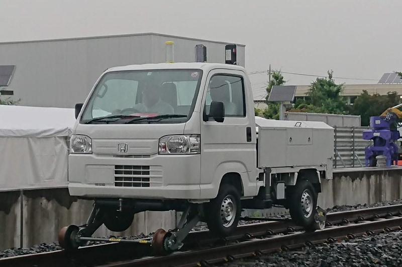 軽トラックをベースにした「小型軌陸自動車」