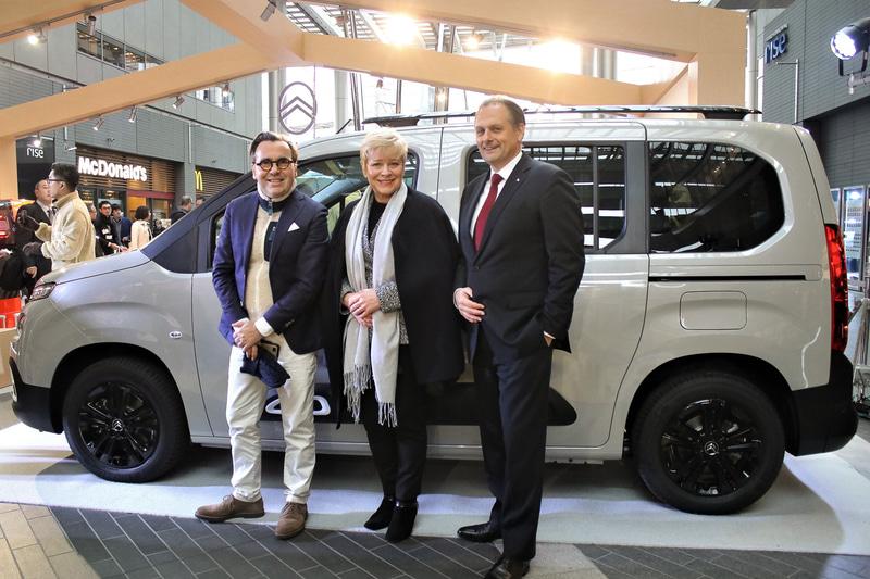 「コンフォート・ラ・メゾン・シトロエン」で日本初公開された新コンセプトMPV「ベルランゴ」。前に立つのは、左からシトロエンS.A. マーケティング部長 アルノー・ベローニ氏、同CEO リンダ・ジャクソン氏、プジョー・シトロエン・ジャポン株式会社 代表取締役社長 クリストフ・プレヴォ氏