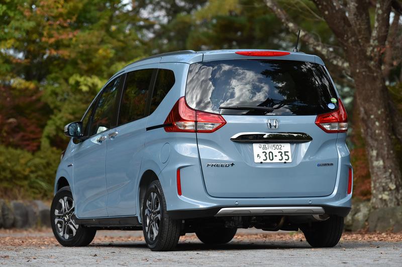 フリード+ HYBRID CROSSTAR・Honda SENSINGの4WD車(304万400円)。ボディカラーは新色の「シーグラスブルー・パール」。ボディサイズは4265×1695×1735mm(全長×全幅×全高)で、ホイールベースは2740mm。最小回転半径は5.2m