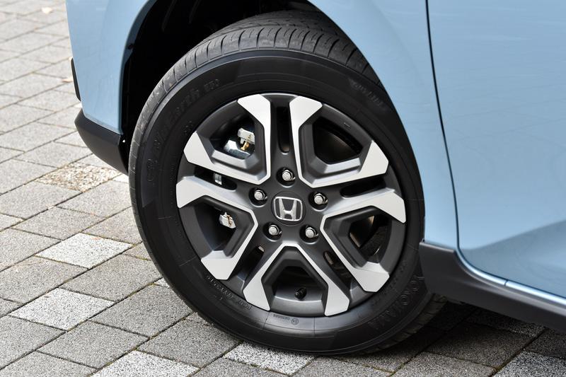 装着タイヤは横浜ゴム「ブルーアース E50」で、タイヤサイズは185/65R15