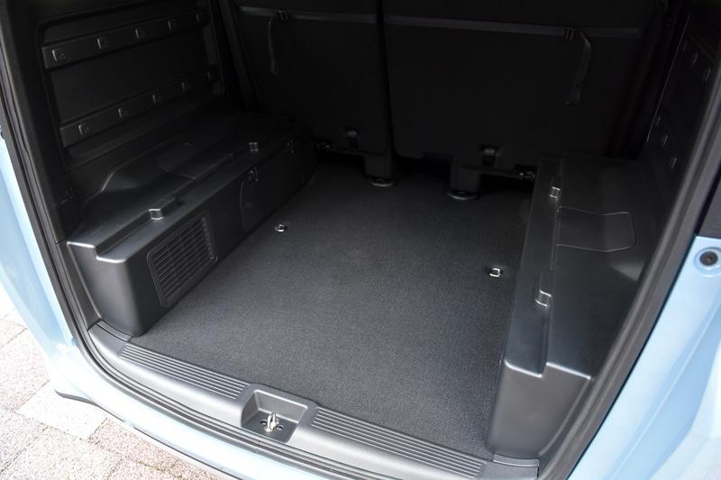 ラゲッジは2段に分かれていて、荷物の量や大きさなどに応じてボードの配置をアレンジ可能。オプションでスライドレールや棚などを増設することができるサービスホールも設定される