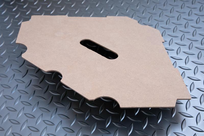 底板は木製。本体の剛性には関係ないようなので、底板を敷かなくても使える感じだ