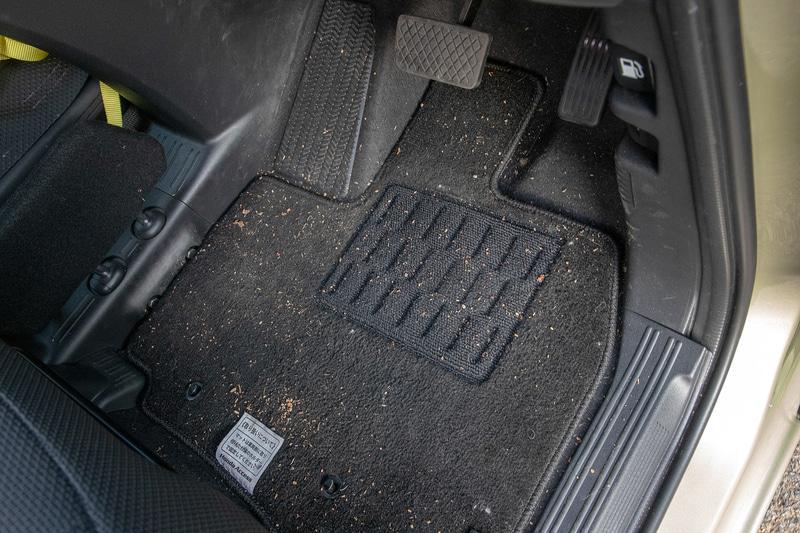 スタンダードタイプのフロアカーペットマットは色が黒いので小石や砂粒が載ると目立つ。マット上から小石などがフロアカーペットにこぼれ落ちることもあって掃除が面倒だった