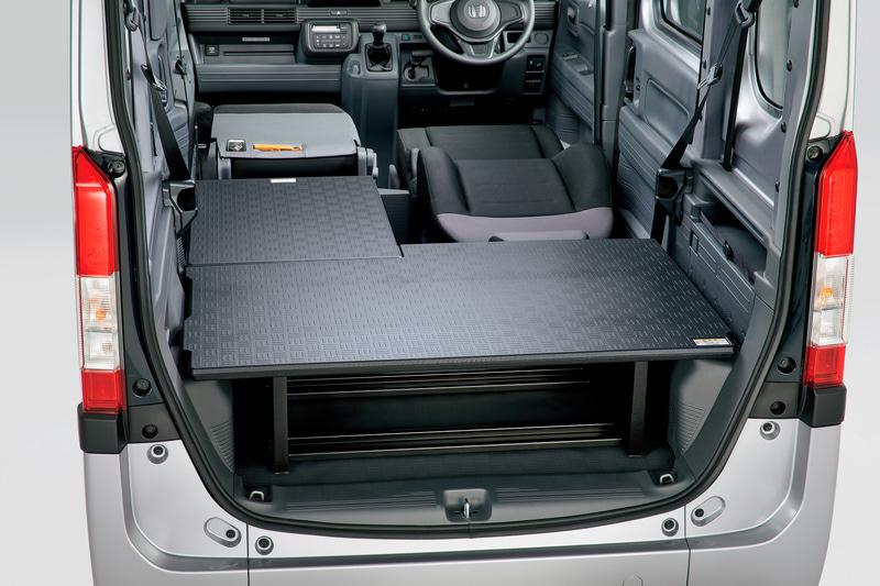 こちらは純正アクセサリーのマルチボード。ラゲッジ用(6万2000円)とリア用(2万9000円)がある。ボードの下には支柱が設けていて強度も高い。2つとも装備するとラゲッジスペースを2段で使えるだけでなく、車中泊時にベッドとして使える