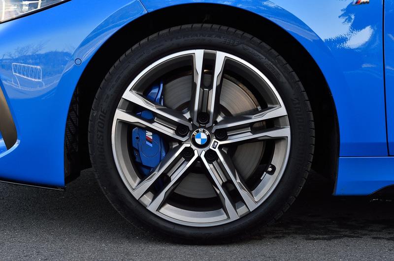 M135iの足下は18インチのMライト・ホイールに「TURANZA T005」(225/40R18)を組み合わせる。パワートレーンは最高出力225kW(306PS)/5000-6250rpm、最大トルク450Nm/1750-4500rpmを発生する直列4気筒DOHC 2.0リッター直噴ターボエンジンに8速ATを組み合わせ、「xDrive」によって4輪を駆動する。WLTCモード燃費は12.0km/L