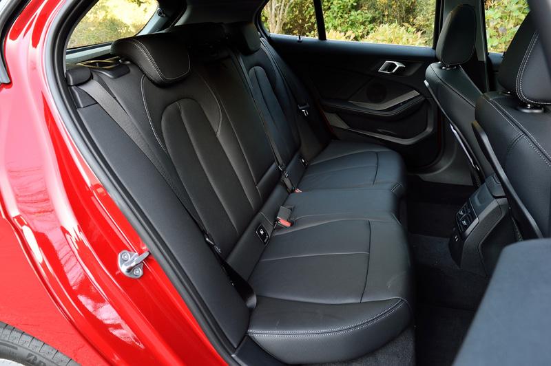インテリアでは5.1インチのメーターパネル・ディスプレイ、8.8インチのコントロールディスプレイ、サイズアップしたBMW ヘッドアップ・ディスプレイに加え、AI(人工知能)技術を活用して自然発話による音声入力でカーナビ操作などを利用できる「BMW インテリジェント・パーソナル・アシスタント」などを装備。車内はFFレイアウトの採用によってリアシートの足下スペースを約40mm拡大することに成功している