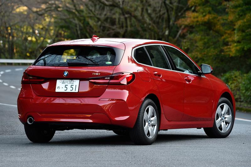 8月に発売された新型1シリーズの試乗会では2WD(FF)の「118i」(334万円、写真)、4WDの「M135i xDrive」(630万円)に試乗。118iのボディサイズは4335×1800×1465mm(全長×全幅×全高)、ホイールベースは2670mm