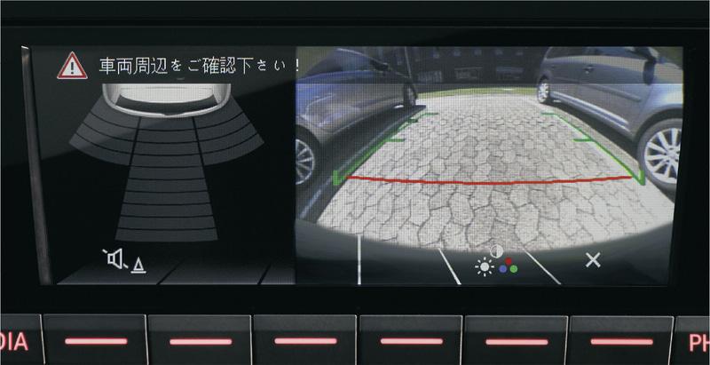 """リアビューカメラ""""Rear Assist""""、パークディスタンスコントロール(リア)、オプティカルパーキングシステムのイメージ"""
