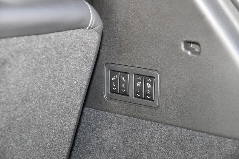 2列目と3列目のシートを前方に倒してフラットな空間を作り出すことが可能。ラゲッジスペースの右側面のスイッチで、モーターによる2列目シートの格納、3列目シートの格納&復帰が操作できる