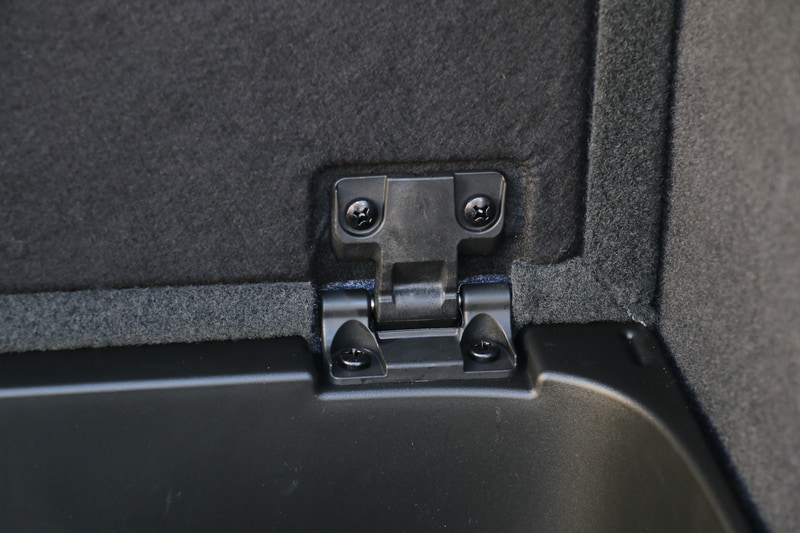 ラゲッジフロアに深めのサブトランクを用意。リッドのヒンジ内に内蔵するバネの力で開閉角度を自由に調整可能