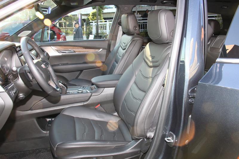 セミアニリン仕上げの本革をシート表皮に採用。フロントシートはベンチレーション機能を備える8ウェイパワーシートとなる