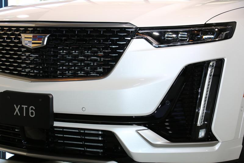 標準装備の「インテリジェント マトリックス LED ヘッドランプ」は、対向車をカメラで検知した場合、対象となるハイビームを消灯して防眩する機能を搭載