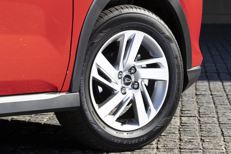 アルミホイールデザインはサイズによって異なる。左のロッキー Xは16インチ(195/65R16)、右のライズ Zは17インチ(195/60R17)。装着タイヤはダンロップ「エナセーブ EC300+」で共通