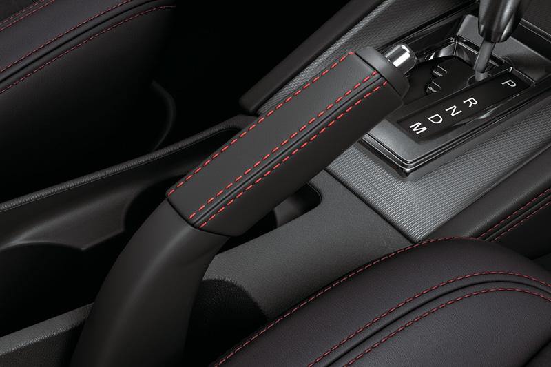 RVR BLACK Editionのインテリア。スエード調素材と合成皮革のコンビネーションシート(赤ステッチ入り)、赤ステッチを施した専用本革巻ステアリングホイール、専用本革巻シフトノブ、専用本革巻パーキングブレーキレバーに加え、運転席パワーシートや運転席・助手席シートヒーターを標準装備