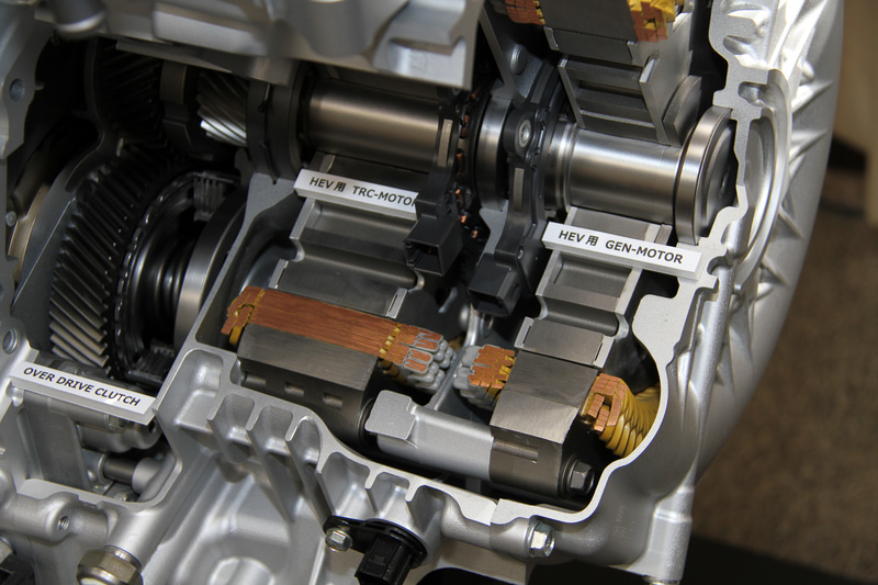 「e:HEV」で採用する最大熱効率40.5%を達成した1.5リッターアトキンソンサイクルDOHC i-VTECエンジン。新型フィットではこれにローターの磁力を強化してステーターを高耐圧化することで、高回転・高トルクでありながら軽量小型化も実現した新開発の高性能モーターを組み合わせる