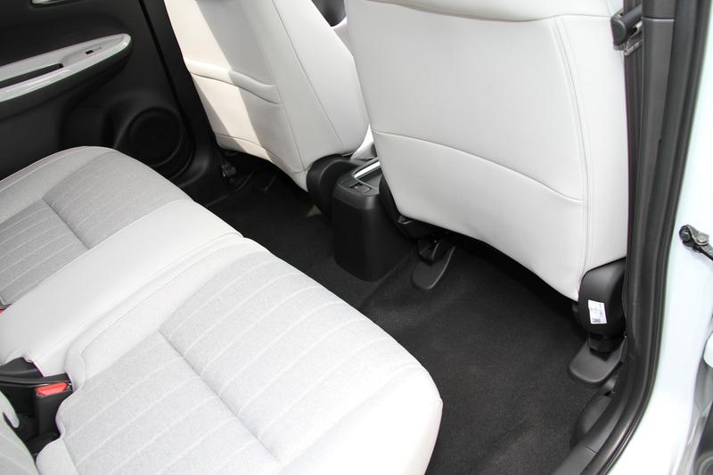 新型フィットのフロントシートは現行型の線で支えるSバネ構造から、面で支えるMAT構造に変更。柔らかな座り心地を持ちながら、乗員の体をしっかり保持する面支持構造によってロングドライブでの疲れにくさを実現したという。また、電動パーキングブレーキの標準装備化によってカバンや小物などを置くことが可能なテーブルコンソールを新採用している