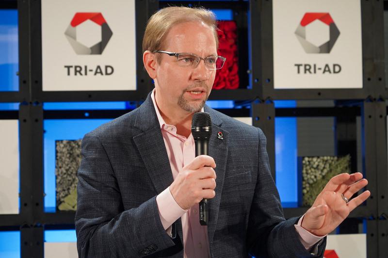 TRI-ADのオープニング記念会見で説明を行なうトヨタ・リサーチ・インスティテュート・アドバンスト・デベロップメント株式会社 CEO ジェームス・カフナー氏