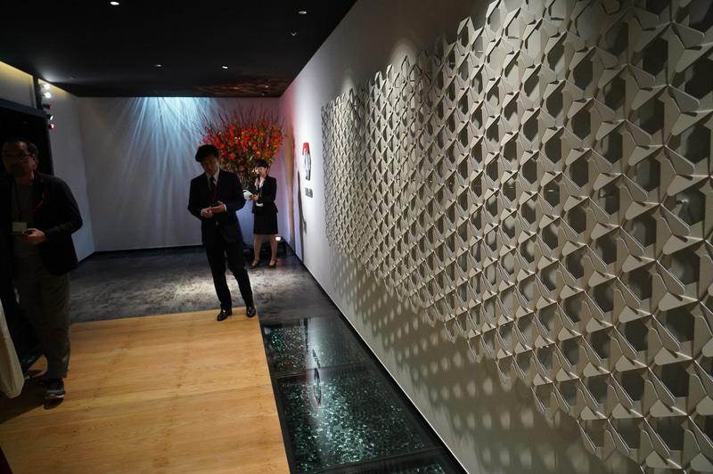 エキシビションに向かう廊下は、日本橋にちなんで橋をイメージしたデザインとなっている