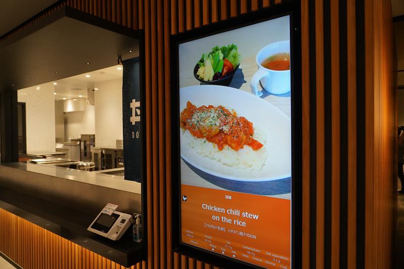 社食にはさまざまなレストランが用意され、支払いは電子マネーなどで行なえる