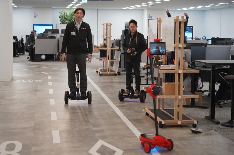 TRI-ADのオフィス内には周回路が用意され、そこをロボットやパーソナルモビリティが動いている