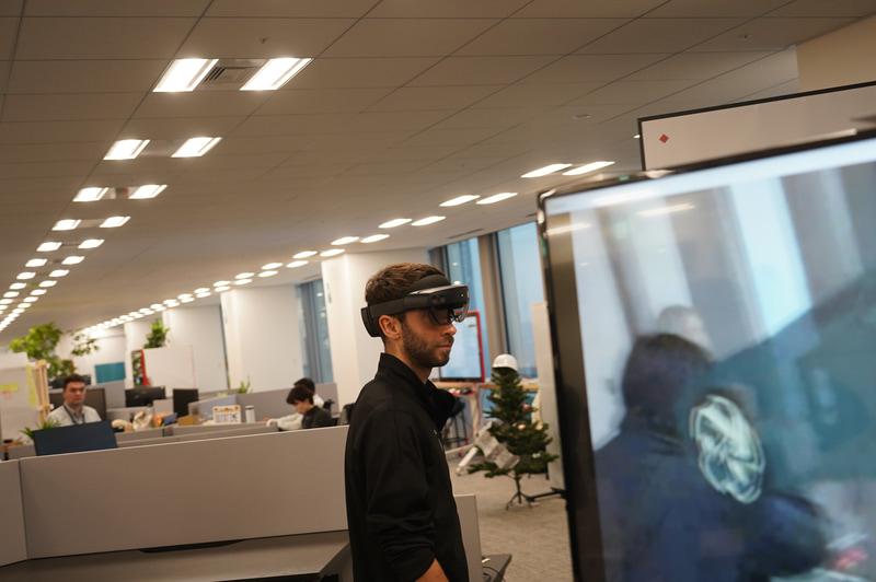 デモの被験者はHoloLens 2を装着