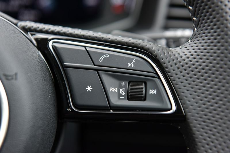 A1 スポーツバック 35 TFSI S lineのインテリア。撮影車両はオプションの「S line インテリアプラスパッケージ」を装着。フラットボトムのステアリングや、パドルシフト、ステンレススチールフットペダルなどによりスポーティさを高めている。また、0~200km/hで作動する「アダプティブクルーズコントロール」などのアシスタンス&セーフティシステムは全車でオプション装備となる