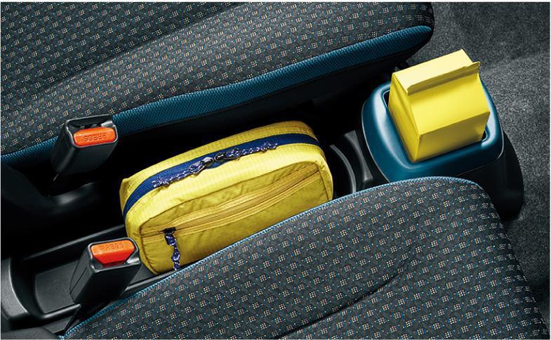 運転席と助手席の間にはドリンクホルダー付きのフロアコンソールトレー
