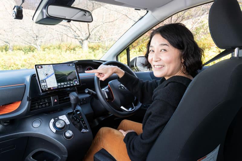 家電 Watch編集長の岩崎氏が、「ストラーダ F1Xプレミアム10」の安全・安心サポート機能を体験