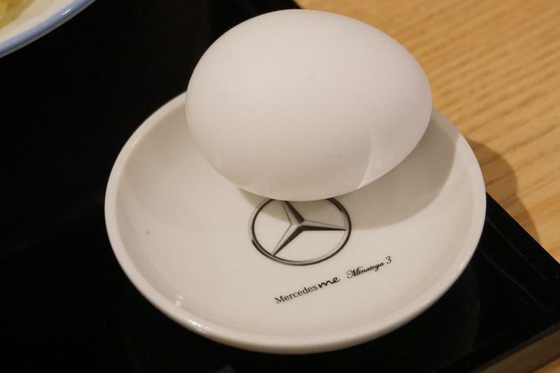 """つけ麺タイプの肉そばのMinatoya 3 Vision""""Mercedes-AMG GT Atatakai-Nikusoba""""。メルセデス・ベンツが港屋とコラボして立ち食いそばをスタート!?。虎ノ門(現在は閉店)、大手町、そして3店舗目がメルセデスミー六本木に登場。メニューは1本勝負、その名もMinatoya 3 Vision""""Mercedes-AMG GT Atatakai-Nikusoba""""。AMG GT Rに続いてニュルブルクリンクのタイムを更新した新しいマシン名ではなく、創業者・菊地剛志さんがAMGソーラービーム(黄色)をまとったメルセデスAMG GTをイメージして作った肉そば。卵がついて価格は1200円"""