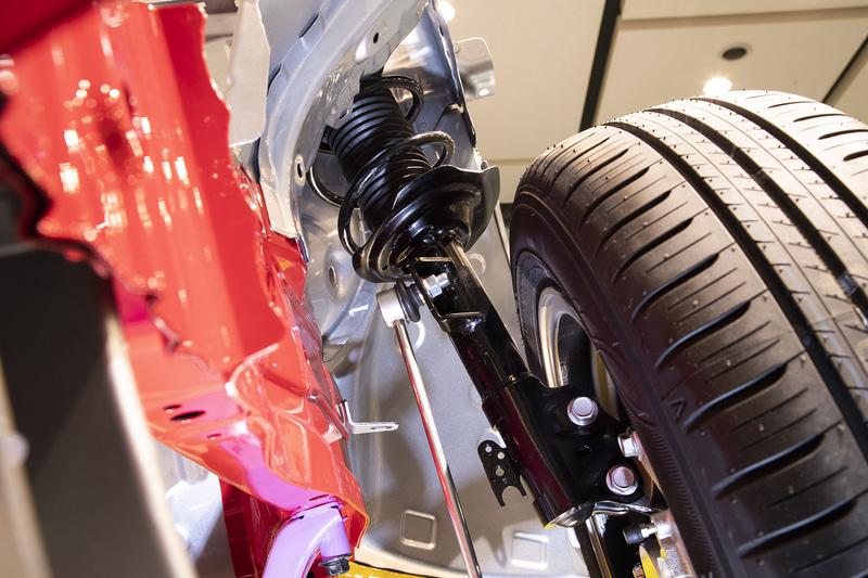 ジオメトリを新設計したサスペンション。フロントはストラット式