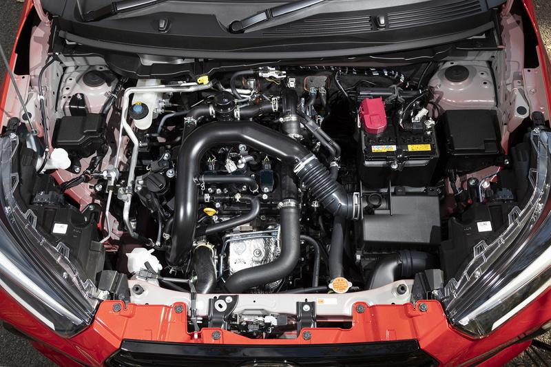 コンパクトな1.0リッターガソリンターボエンジン。スペックは最高出力72kW(98PS)/6000rpm、最大トルク140Nm(14.3kgfm)/2400-4000rpm