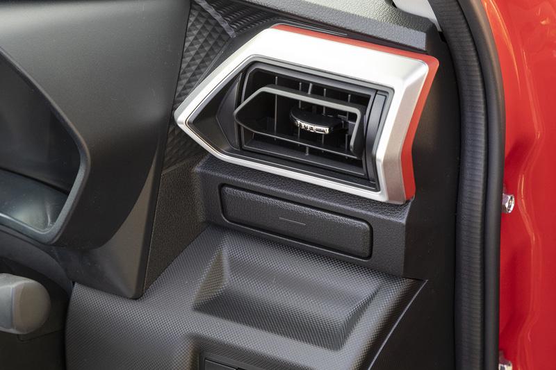 運転席側には収納式のカップホルダーを装備