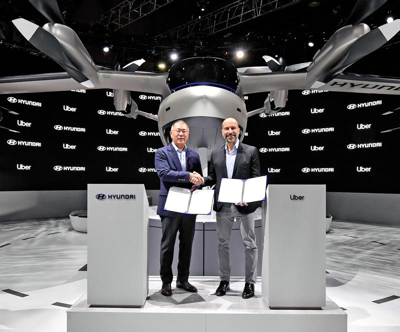 ヒュンダイモーターグループ エグゼクティブバイスプレジデント Euisun Chung氏(左)、Uber CEOのDara Khosrowshahi氏(右)