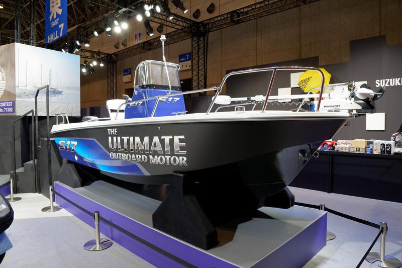 スズキが2018年に販売を開始した釣り向けの5人乗りボート「S17」をセットで展示