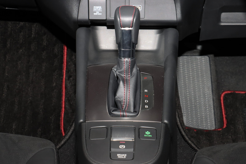 車内は専用ブラックインテリアとなり、レザー&スウェードの専用シート、専用ステアリングホイール、専用セレクトノブ、専用フロアカーペットなどを採用。また、ステアリングスイッチやシフトゲートカバー、カップホルダーがダークシルバー塗装となり、インパネ中央に9インチ画面のプレミアムインターナビが装着される